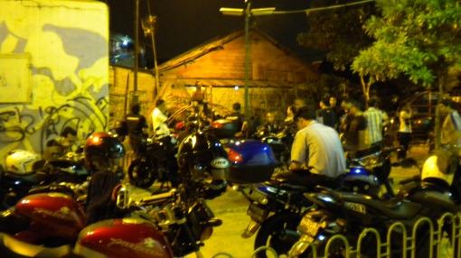 Parkir di Lapangan depan Panti Asuhan